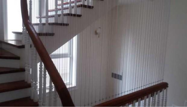 Vì sao lưới chắn cầu thang lại bị đứt?